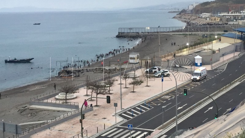 Entry of young Moroccans through the Tarajal beach. The beginning of the alleged